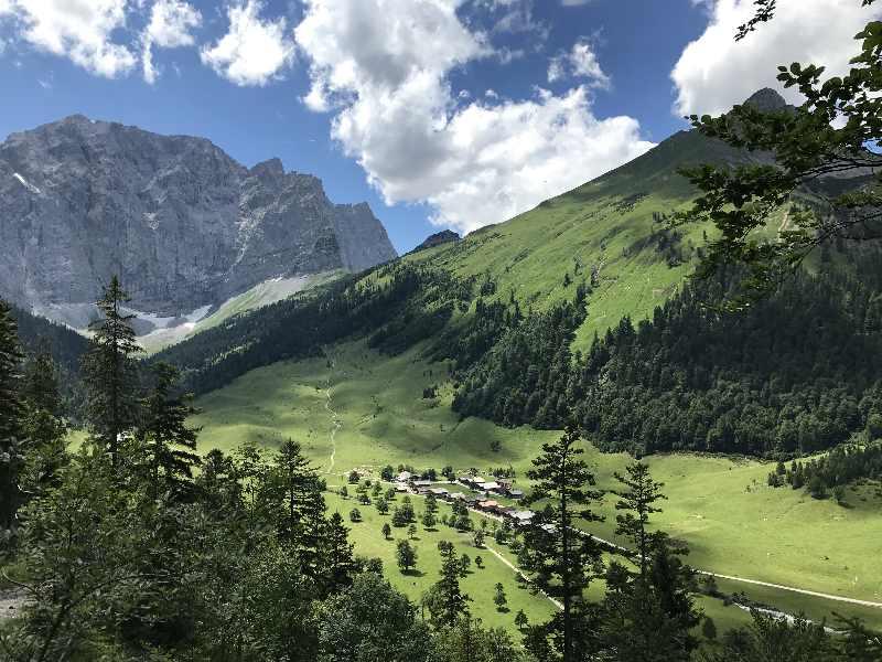Das Almdorf Eng am Großen Ahornboden, umgeben vom Karwendelgebirge