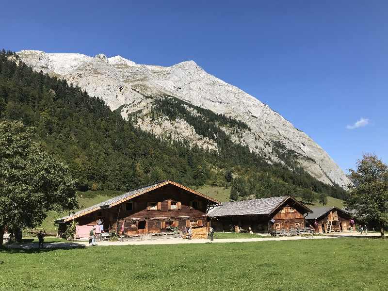 Das sind die Hütten in der Eng - aus Holz gebaut, von der Sonne dunkel gefärbt