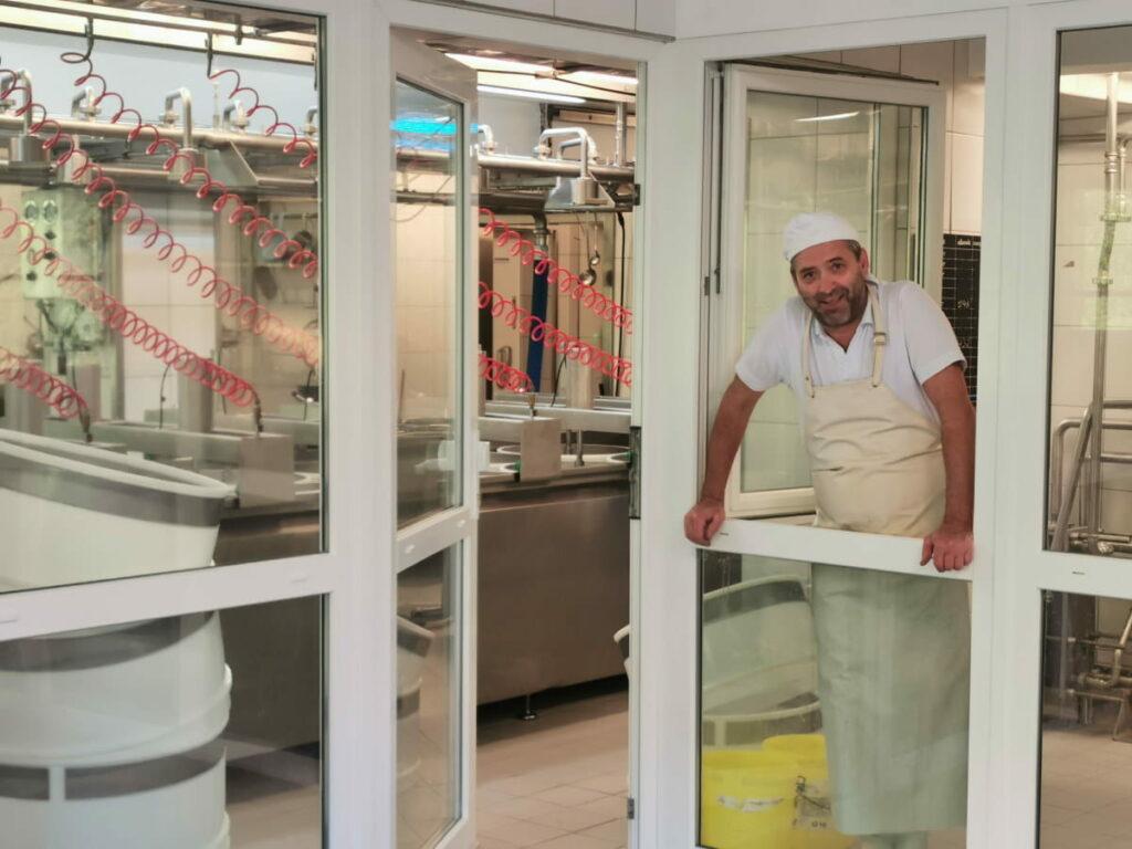 Um 3.30 Uhr beginnt die Arbeit in der Engalm Käserei